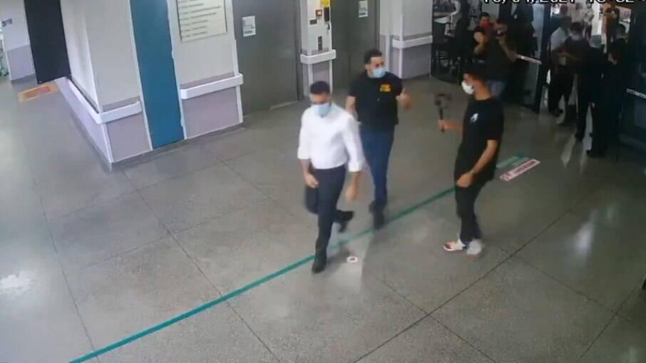 Câmeras de segurança mostram o início da inspeção surpresa de deputados ligados ao Movimento Brasil Livre