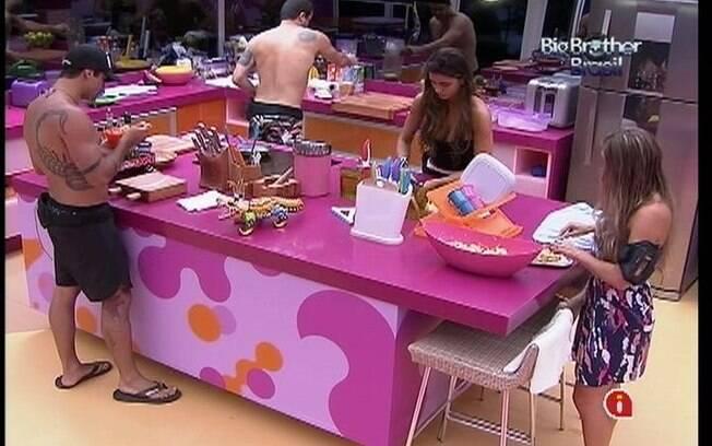 Brothers falam de Laisa mesmo com ela na cozinha