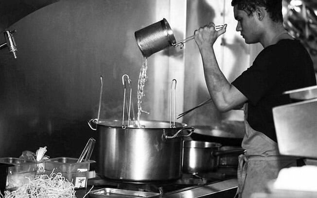 Associação Brasileira de Bares e Restaurantes relata que 15% dos funcionários do setor foram demitidos