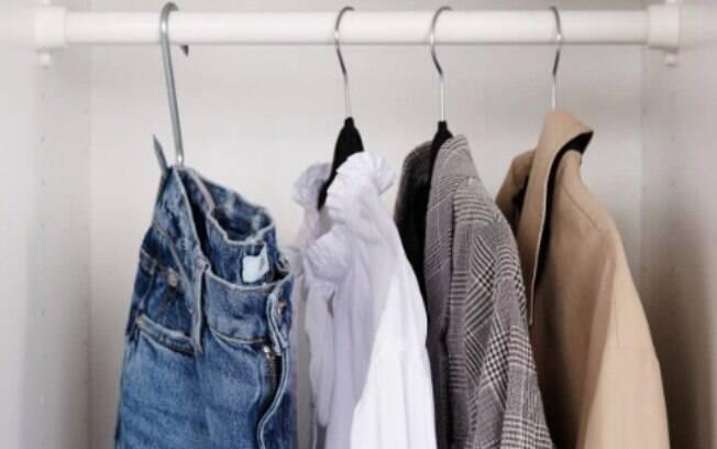 Roupas básicas devem ficar em evidência no guarda-roupa