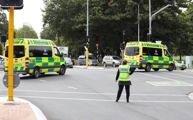 Polícia busca pelos atiradores no dia do massacre na Nova Zelândia; atentado deixou 50 mortos e 50 feridos
