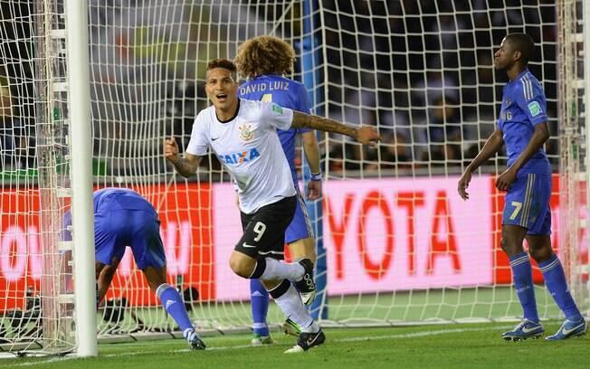 Paolo Guerrero sai para festejar seu gol  diante do Chelsea
