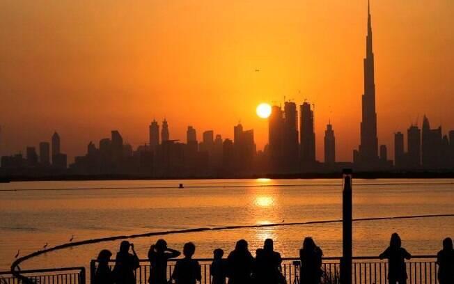 Os Emirados Árabes Unidos anunciaram no sábado que descriminalizaram o álcool e o suicídio e descartaram os chamados