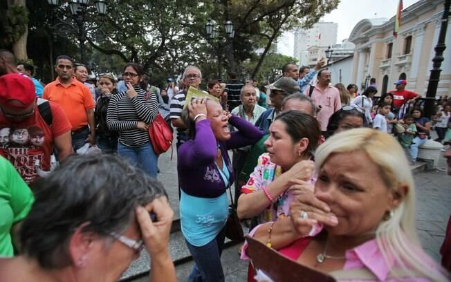 Partidários de Hugo Chávez reagem ao anúncio de sua morte, feito em Caracas (05/03)