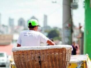 Vendedores de pão circulam bairros de bicicleta e faturam alto