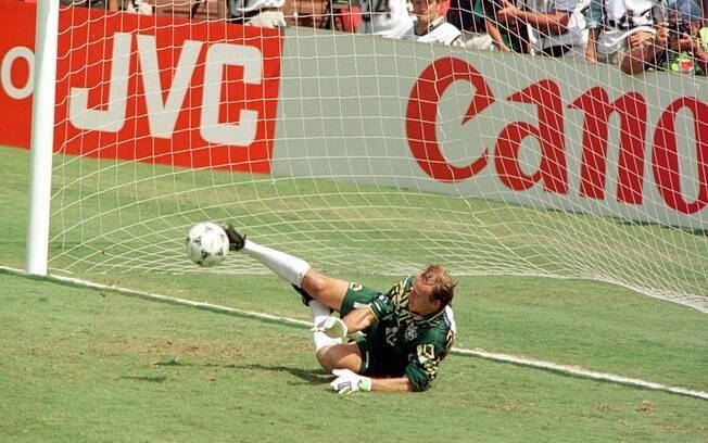 Taffarel defendeu a cobrança de Massaro na final entre Brasil e Itália