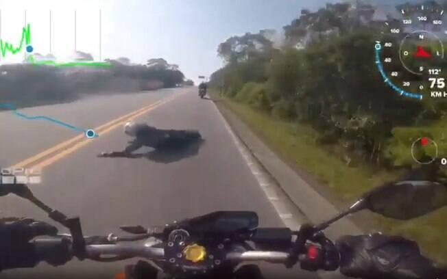 Motorista é lançado na pista após acidente em rodovia no litoral