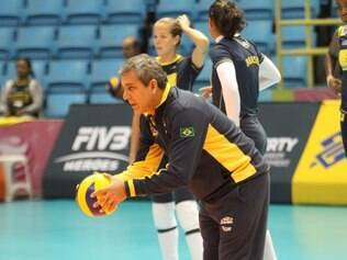 Zé Roberto Guimarães orienta atletas na primeira atividade em solo asiático