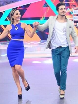 Luan Santana aprende a andar de salto alto com a ajuda de Sabrina Sato e Marcos Mion
