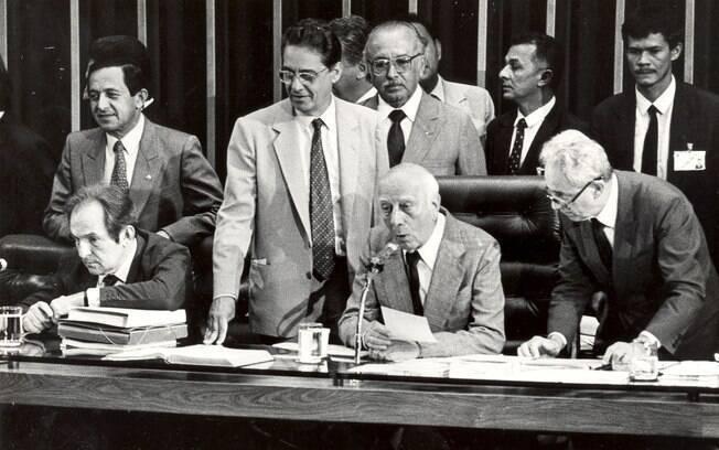 O deputado Ulysses Guimarães conduz o processo de discussão e votação das emendas do texto constitucional, ao lado do então senador Fernando Henrique Cardoso
