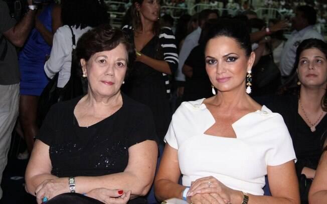 Luiza Brunet presenteou a mãe (à esq.) com convite para o show de Roberto Carlos