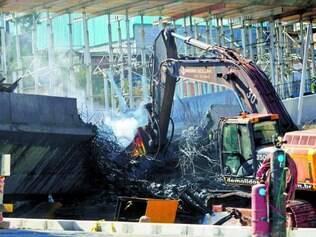 Trabalho. Durante todo o dia de ontem, um trator (foto) quebrava o concreto, e uma solda cortava a estrutura de ferro
