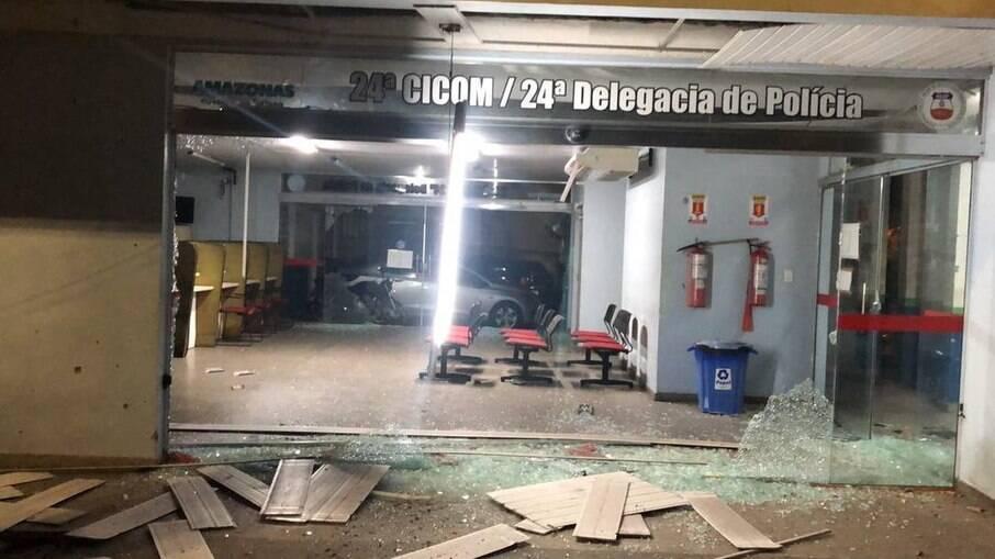 Entrada de delegacia em Manaus ficou completamente destruída após confronto com criminosos