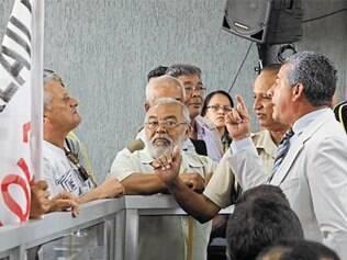 Durante a manifestação, moradores bateram boca com o líder de governo, Eliseu Xavier (PTB)