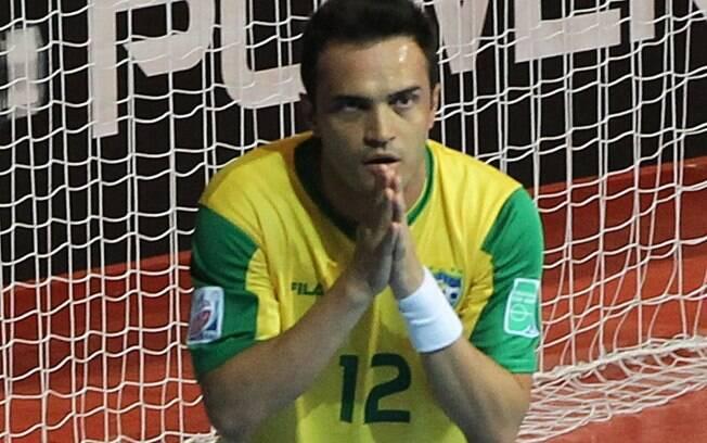 3cb0d38e4c Falcão foi o nome do jogo e marcou os dois gols do Brasil na vitória sobre. Falcão  entrou no segundo tempo e decidiu a partida. Foto  AP