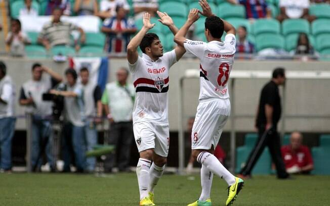 Aloísio comemora gol sobre o Bahia com Paulo Henrique Ganso