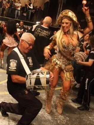 Tatiane Minerato caiu no samba na bateria