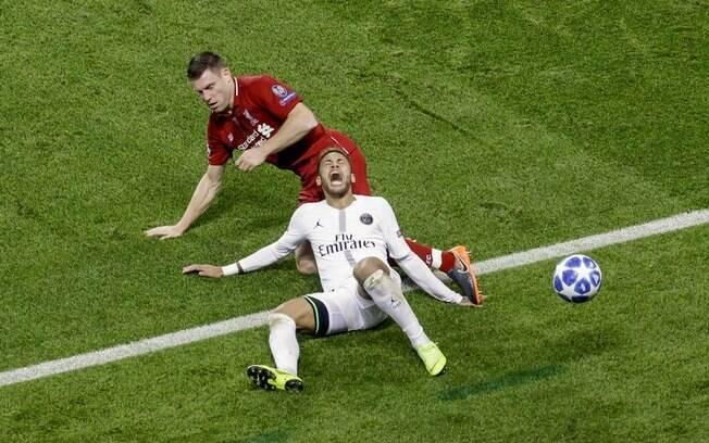 As inúmeras quedas e simulações de Neymar irritaram os jogadores do Liverpool