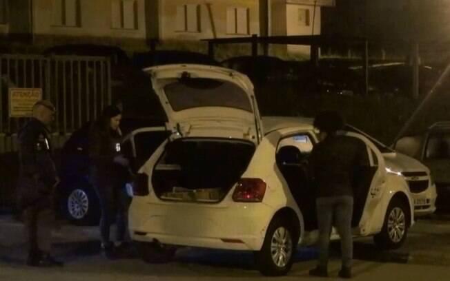 Policiais perseguiram os sequestradores até o veículo ser abandonado