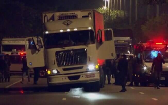 Motorista de um caminhão de cargas foi rendido, na noite deste domingo, na Avenida Brasil, no Rio de Janeiro