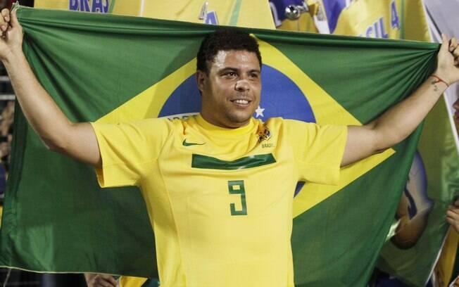 Com bandeira brasileira Ronaldo se depespede  da torcida com uma volta pelo campo