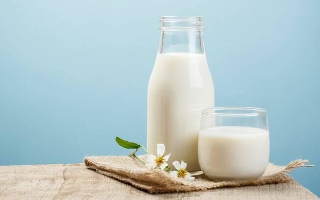 Se você tem leite em casa, pode aproveitar para fazer compressas e proporcionar uma série de benefícios à pele