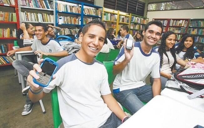 Pesquisa no Brasil mostrou que alunos levam celular para escola, mas aprovam proibição de uso
