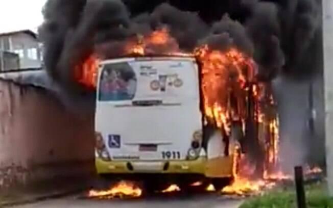 Antes de atear fogo no ônibus em Natal, os criminosos mandaram os passageiros descerem, de acordo com a SSP