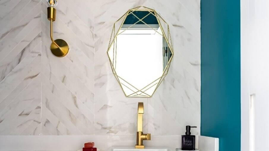 Para o banheiro, invista em um papel de parede de qualidade e próprio para o uso