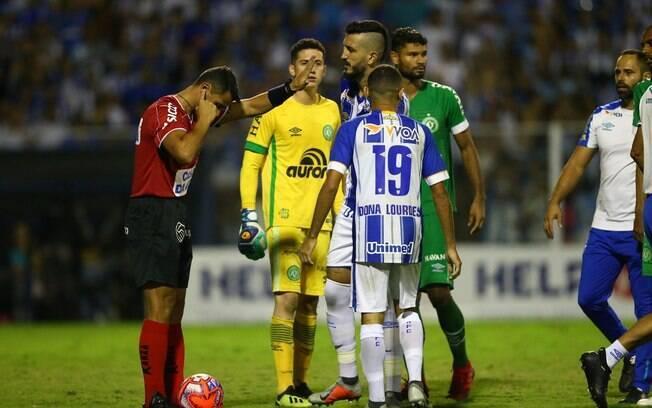 Árbitro Bráulio da Silva Machado consultou VAR e confirmou errou do pênalti da Chapecoense