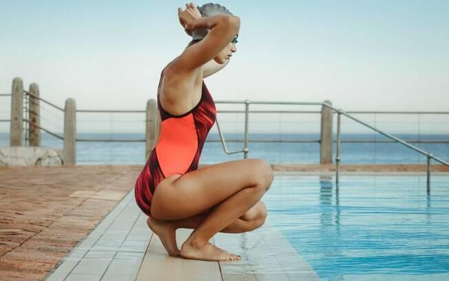 Cuidados básicos com o cabelo: após sair da piscina ou do mar, vale sempre um ducha para tirar as impurezas dos fios