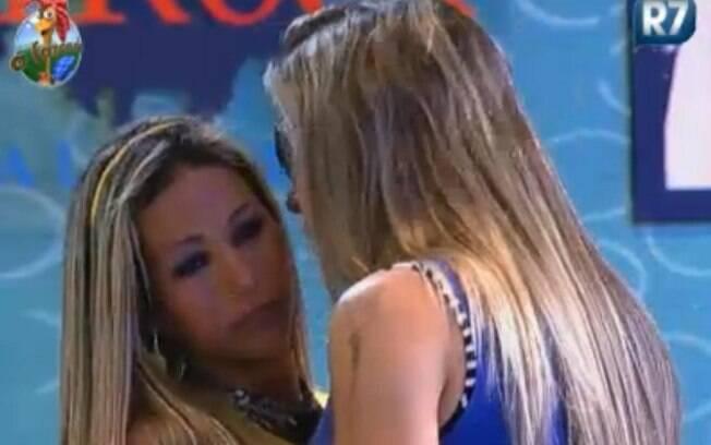 Valesca Popozuda é consolada por Joana Machado na festa
