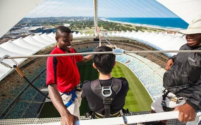 Homem se prepara para saltar do teto do estádio na África do Sul