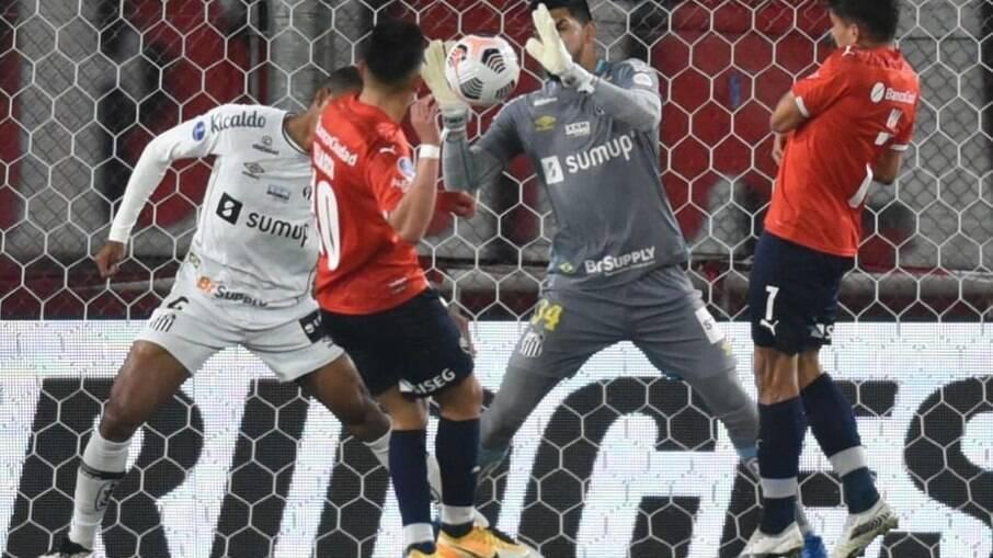 Independiente tentou, mas Santos contou com noite inspirada do goleiro João Paulo