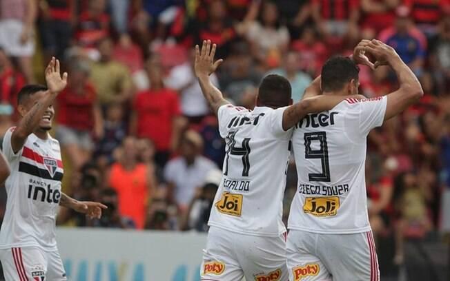 Diego Souza mandou coração para a torcida do Sport após fazer o primeiro gol do São Paulo