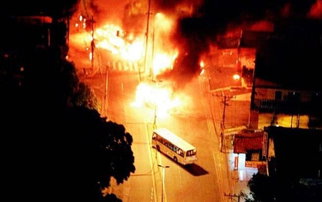 Ônibus incendiados em abril, em Costa Barros, aterrorizaram moradores do complexo