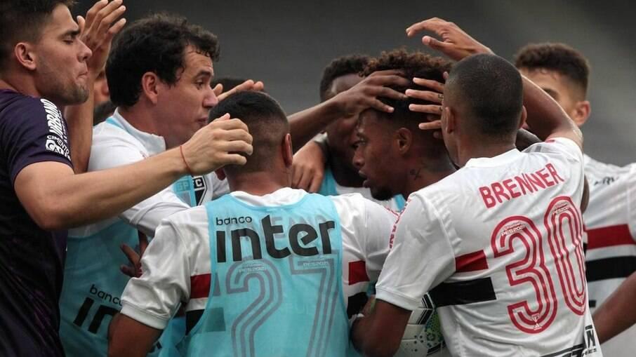 São Paulo comemora gol de empate marcado por Tchê Tchê