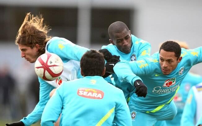 Filipe Luis, Ramires e Adriano em ação  durante treino da seleção brasileira em Londres