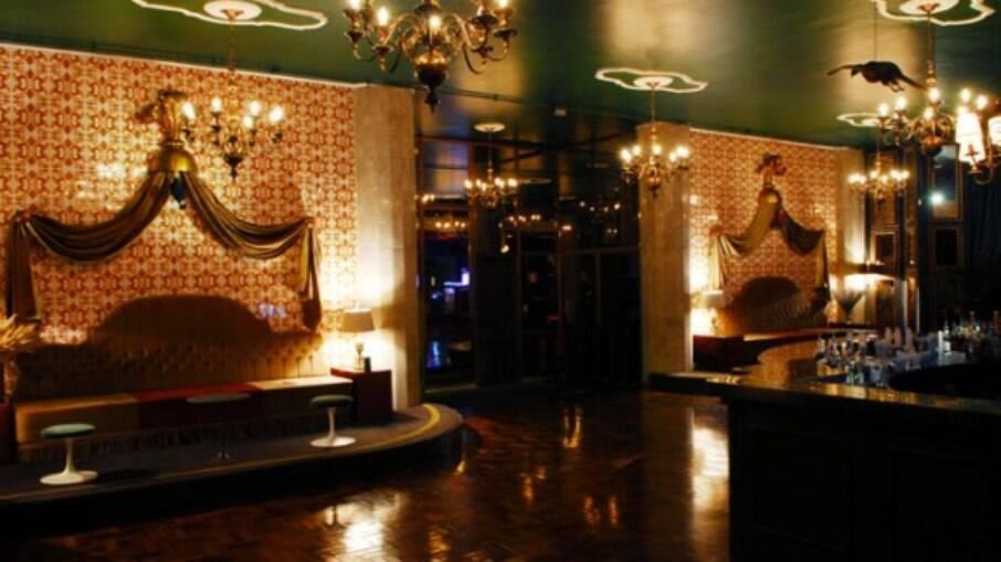 O Lions NightClub fica no centro e tem uma varanda para quem quiser admirar o centro de São Paulo
