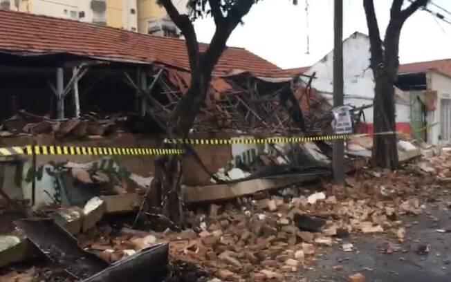 Telhado de prédio abandonado desaba em Nova Odessa