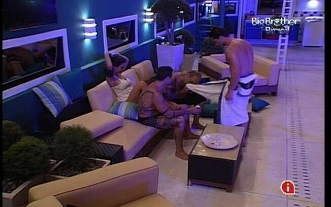 João conversa com Yuri e Laisa no sofá da área externa