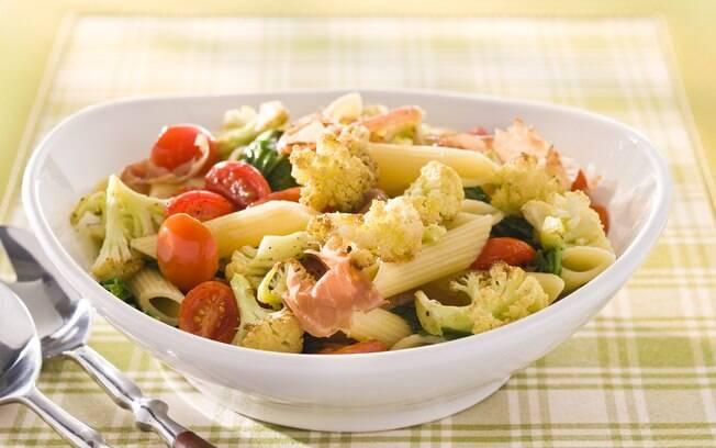 Foto da receita Penne com couve-flor grelhada, tomate-cereja, presunto cru e rúcula pronta.