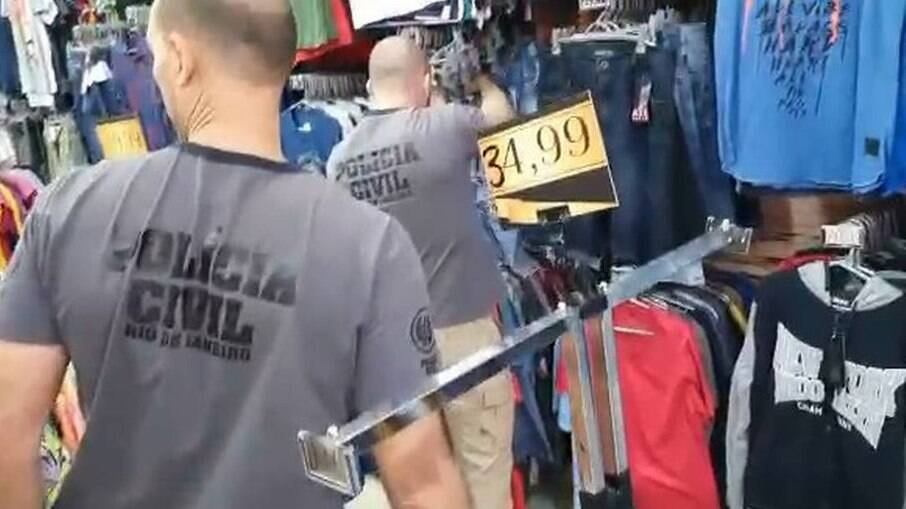 Polícia em loja que seria usada por milícia na Baixada Fluminense
