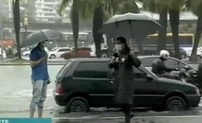 Repórter da Record leva banho de água suja ao vivo; assista