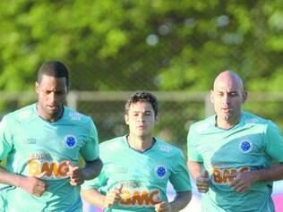 Na pole. Pelo fato de estrear  hoje e o principal rival só na quarta-feira, Cruzeiro pode colocar três pontos de pressão em cima do Atlético