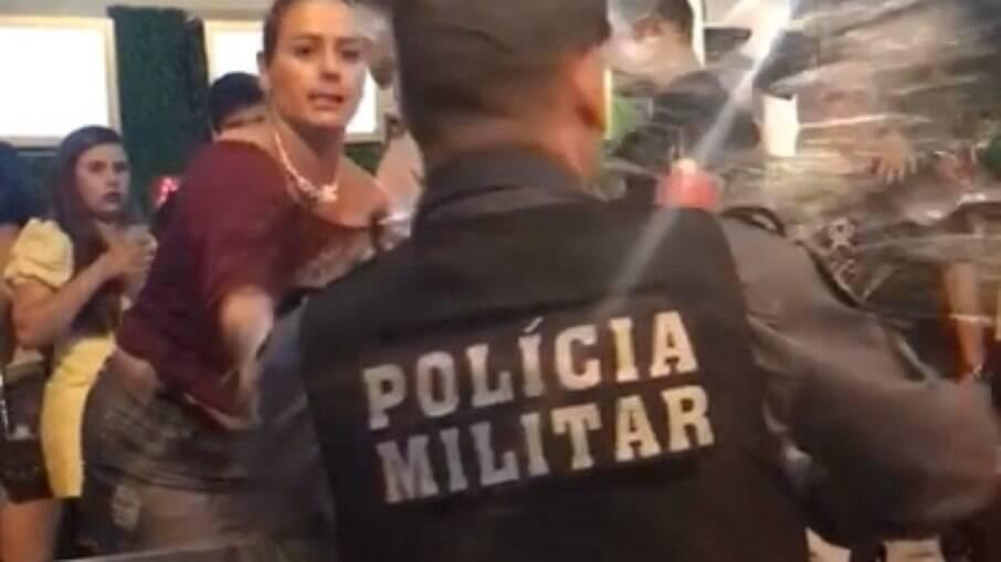 Mulher joga cerveja em policial, em Cuiabá