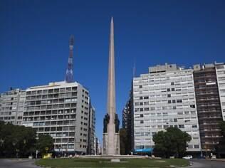 Avenida 18 de Julia, a principal via de Montevidéu, concentra os principais bares, restaurantes e lojas da cidade