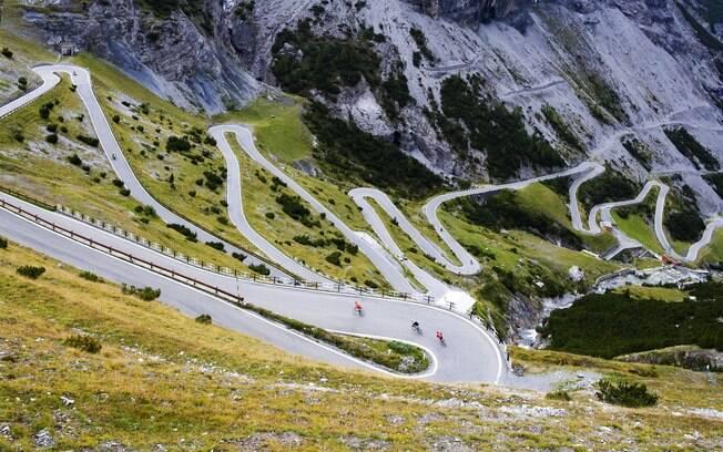 Ciclistas desfrutam a paisagem enquanto percorrem as curvas da estrada