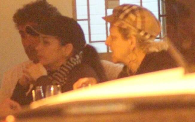 Danielle Winits e Marcos Pasquim, ao lado de Betty Lago, jantaram juntos no Sushi Leblon na noite de sexta (09)