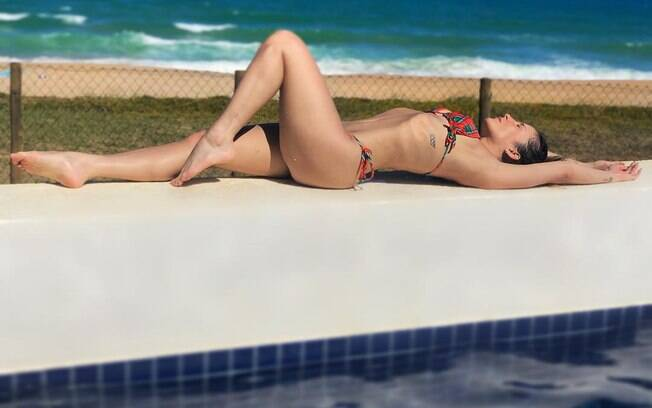Claudia Leitte posta clique na praia.